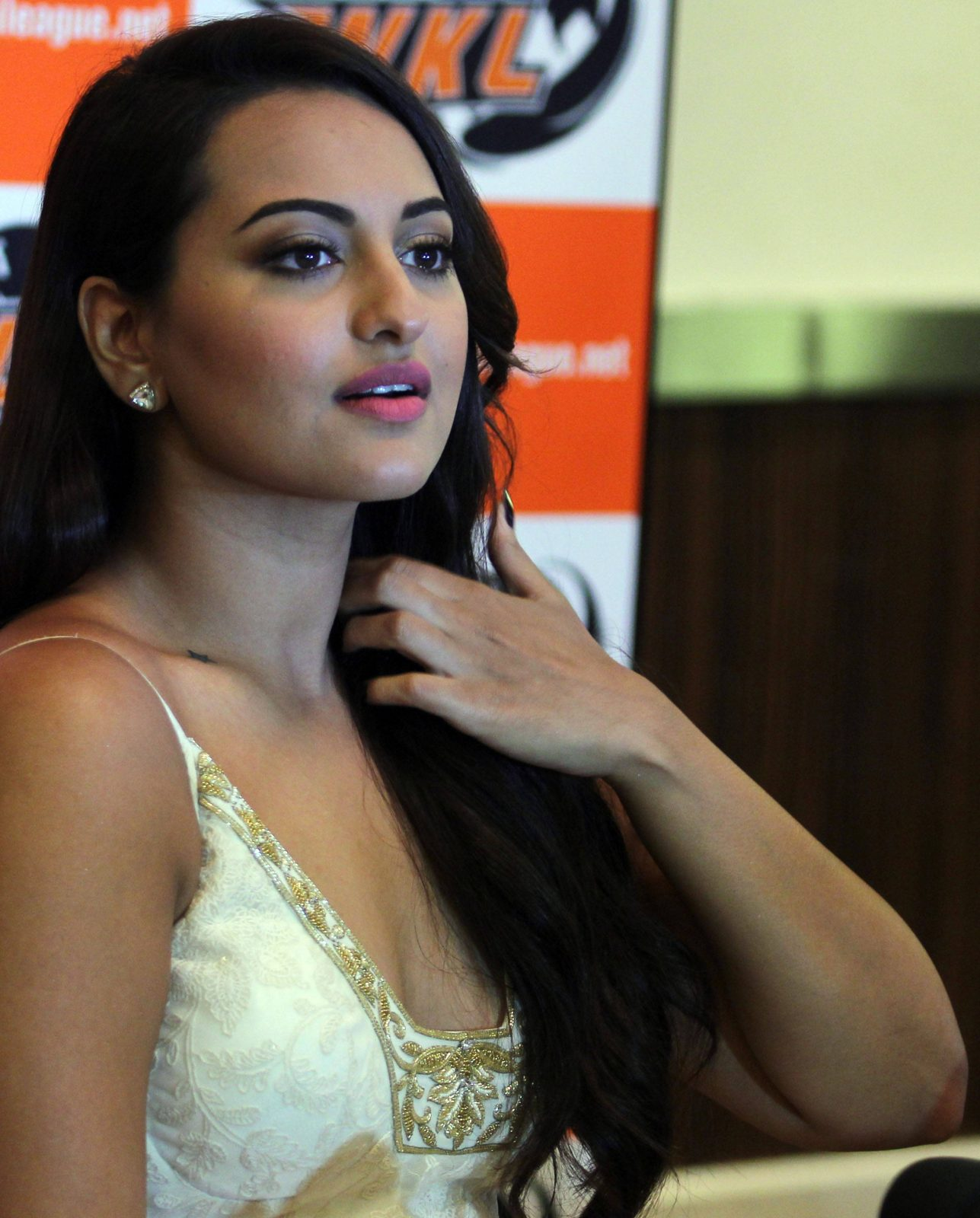 Sinha hot saree sonakshi