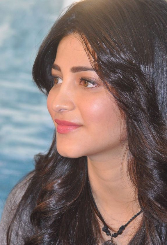 Actress Shruti Haasan close up photo