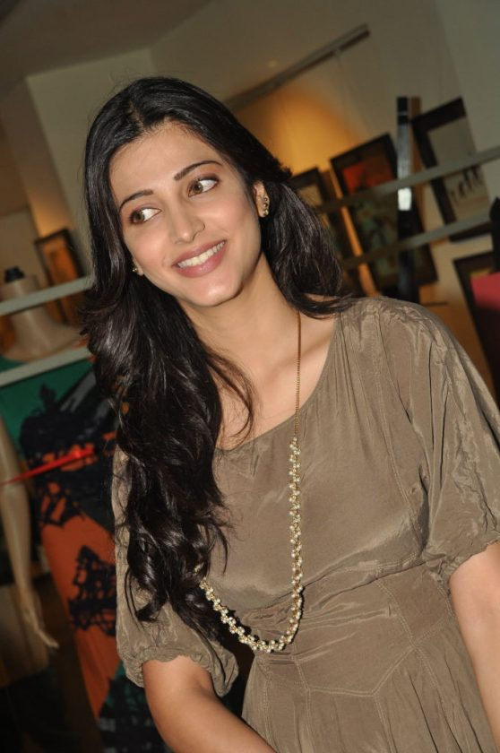 Shruti Haasan smiling photo Tamil Actress