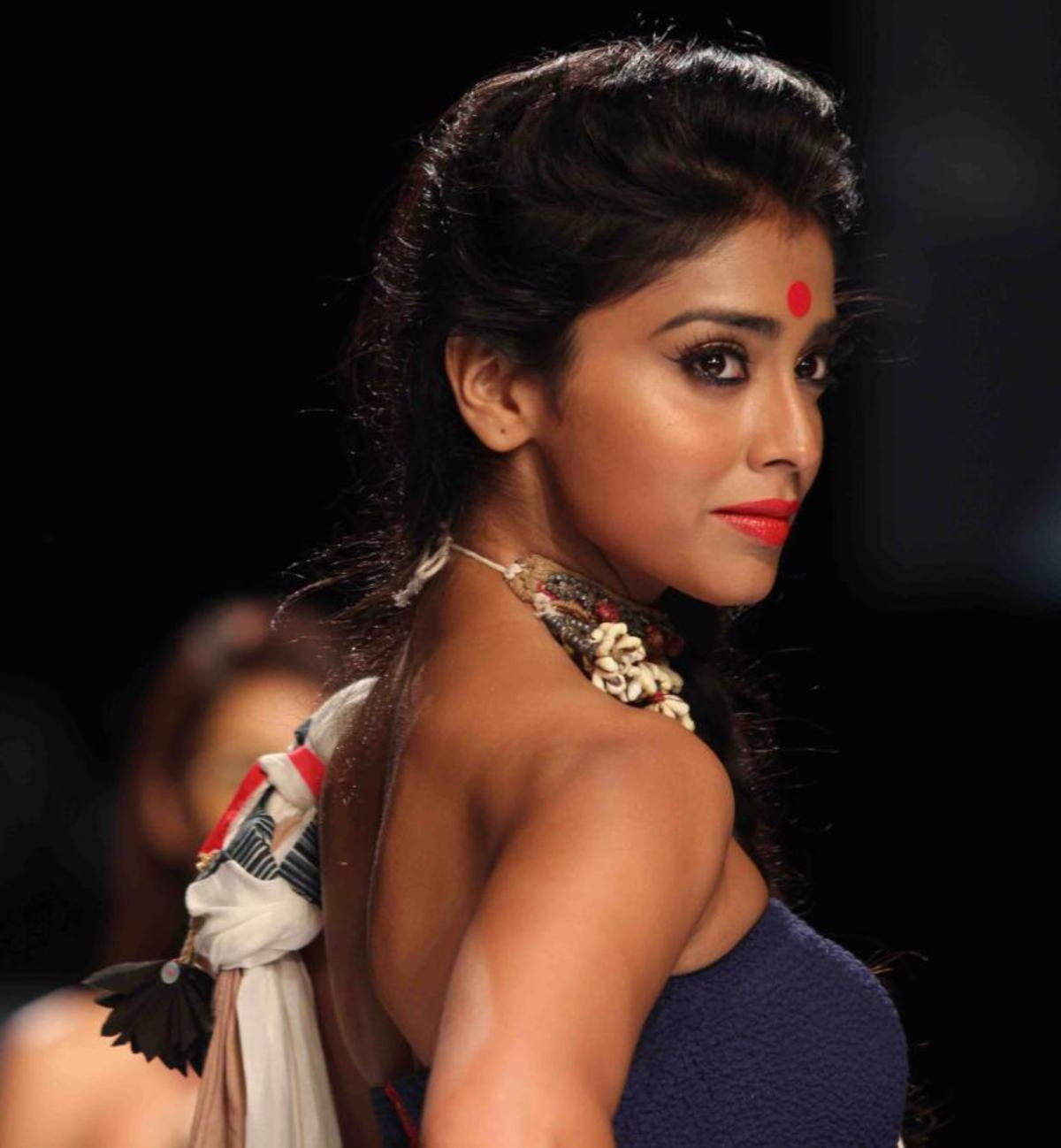 Shriya Saran Hot n Spicy Photos (9)