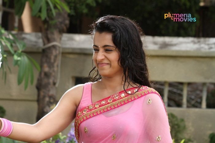 Trisha Navel Wet Saree Stills Aranmanai 2 (5)